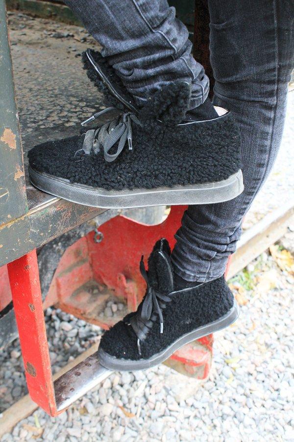 Minna Parikan pupu sneakerit