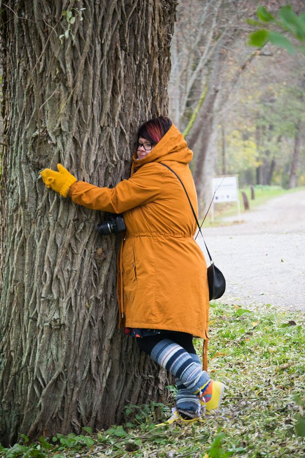 Ihminen halaamassa puuta